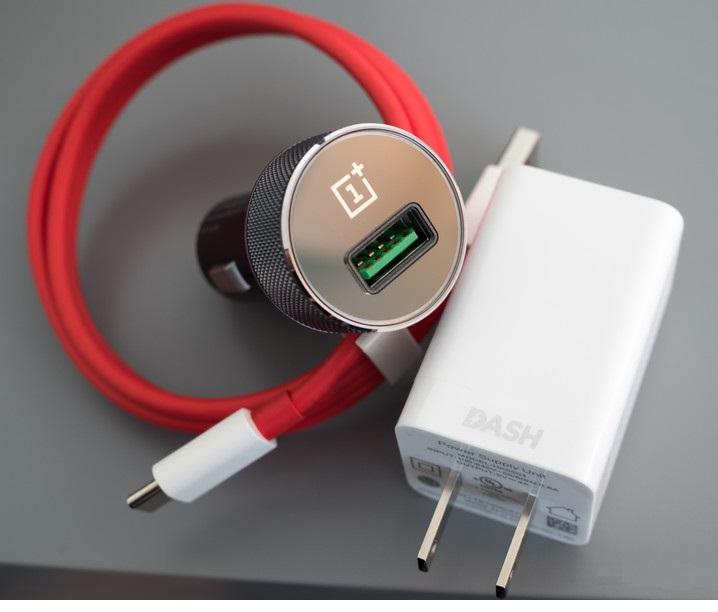 Um dos principais benefícios do Dash Charge (e VOOC) é a sua capacidade de manter as temperaturas baixas durante o carregamento. A opção de carregamento rápido permite que você assista a vídeos ou jogue jogos enquanto o telefone está carregando, sem queda líquida nas velocidades de carregamento. Esse não é o caso com Quick Charge, pois as tensões mais altas invariavelmente levam o telefone a reverter a velocidades normais para evitar superaquecimento. Com o Dash Charge, você pode jogar ou assistir a vídeos ao carregar seu telefone sem se preocupar com o superaquecimento. Além disso, mesmo que o OnePlus 5 possa carregar até 60% em 35 minutos, demora um pouco mais de 45 minutos para passar de 60% para uma carga total. Isso é para evitar danos à bateria (e, de certo modo, para você), com o carregador de parede limitando a saída em 2A depois de atingir 75% e indo ainda mais baixo depois de atingir 85%. A unidade do microcontrolador dentro do telefone monitora constantemente o nível de carga para determinar a amperagem desejada a ser entregue. A principal desvantagem com o Dash Charge é que você precisa usar os carregadores da marca OnePlus (ele vende uma parede e um carregador de carro) para obter as velocidades mais altas do OnePlus 5, já que a OPPO ainda não licenciou a tecnologia para fornecedores de terceiros. Você pode usar outros carregadores no OnePlus 5 e usar o carregador Dash Charge para outros dispositivos, mas, em ambos os casos, retornará ao menor denominador comum de velocidades de carregamento padrão.