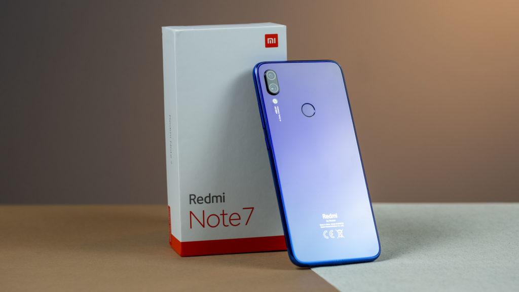 Coisas Que Você Precisa Saber Antes de Comprar um Xiaomi - imagem do Redmi Note 7 azul ao lado da caixa